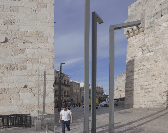 שער יפו-עמודי תאורה מול השער-2ב